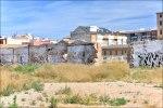 Жилые дома за забором заброшенного завода