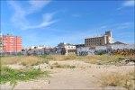 Вид с жилых домов на руины заброшенного мукомольного завода